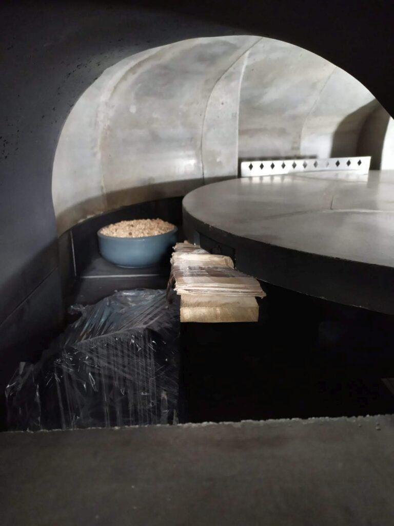 Dettaglio fotografico forno rotante per pizza con bruciatore a pellet integrato